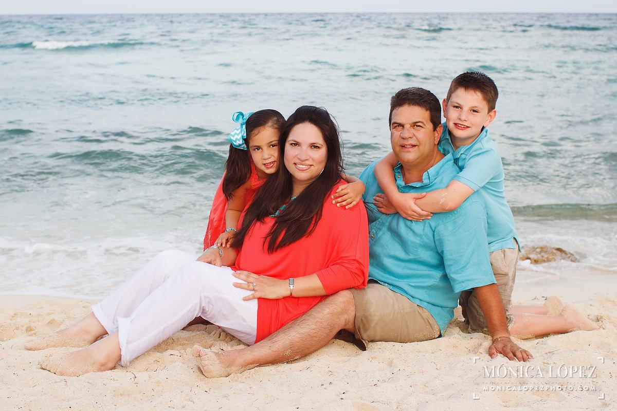 Dreams Puerto Aventuras Family Portraits - The Garza Family